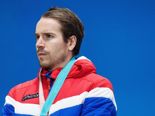 Emil Hegle Svendsen steht auf dem Podest.