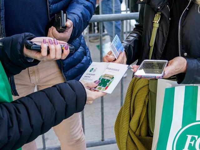 Eintrittskontrolle mit Ticket, ID und QR-Code.