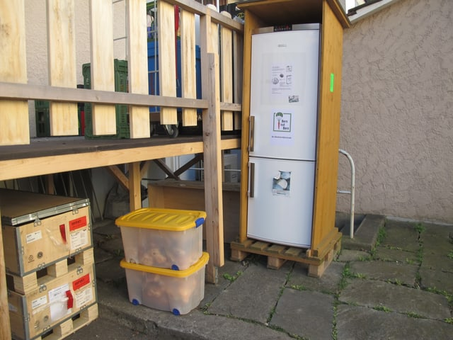 Öffentlicher Kühlschrank in einem Hinterhof.