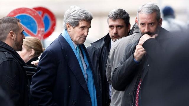 Il minister dal exteriur american circumdads da persunas da protecziun.
