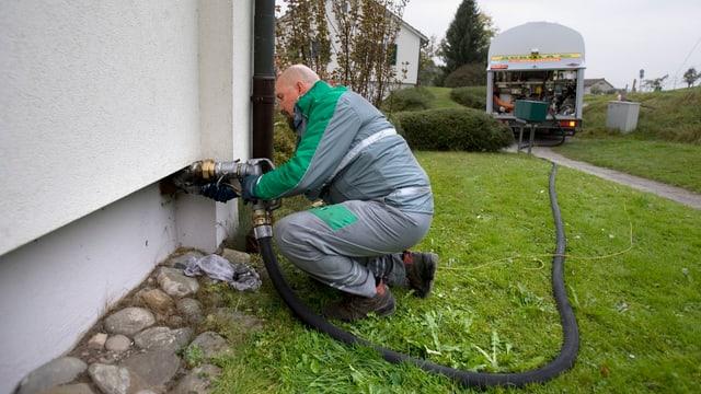 Lieferant bringt Heizöl zu einem Einfamilienhaus