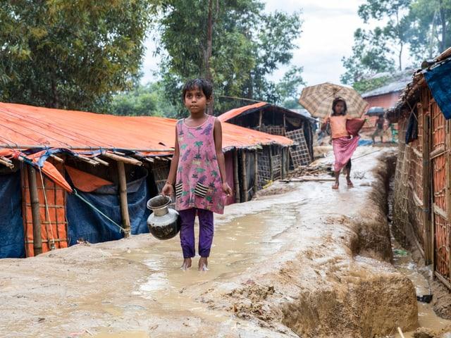 Uffants en il champ da fugitivs el Bangladesch.