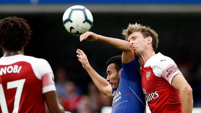 Chelseas Pedro im Luftduell gegen Arsenals Monreal (rechts).