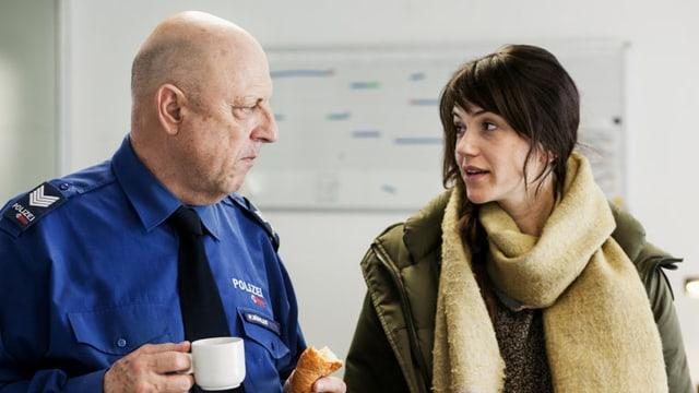 Rosa Wilder (Sarah Spale) spricht mit Ermittler Res Bühler (Pierre Siegenthaler).