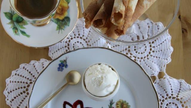 Dessert: Blumendessert mit Emmentaler Honigglace