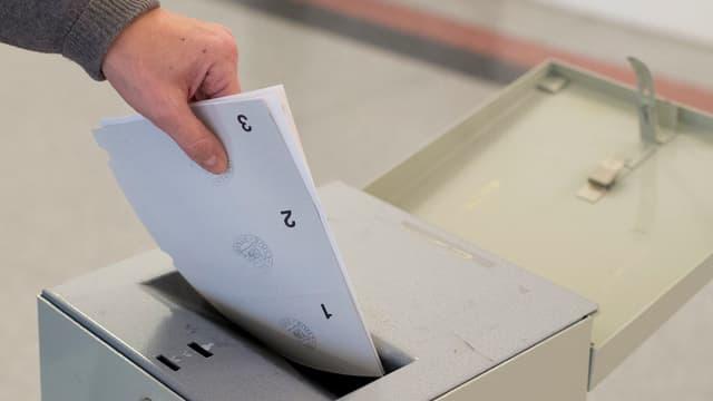 In maun che bitte in cedel da votar en in'urna.