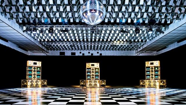 Club-Innenraum mit Diskokugel.