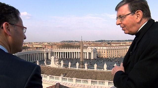 Zwei Männer auf einer Terasse über dem Petersplatz im Vatikan.