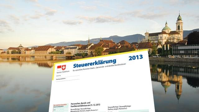Blick auf die Stadt Solothurn; im Vordergrund das Formular der Steuererklärung.