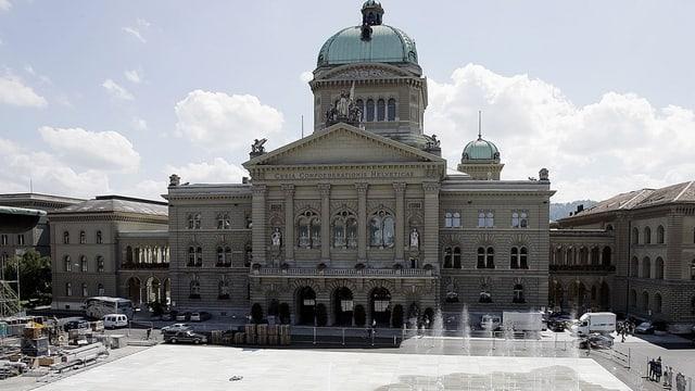 Das Schweizer Bundeshaus vor Springbrunnen.