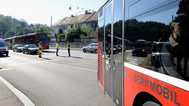 Bus am rechten Bildrand, im Hintergrund Tram.