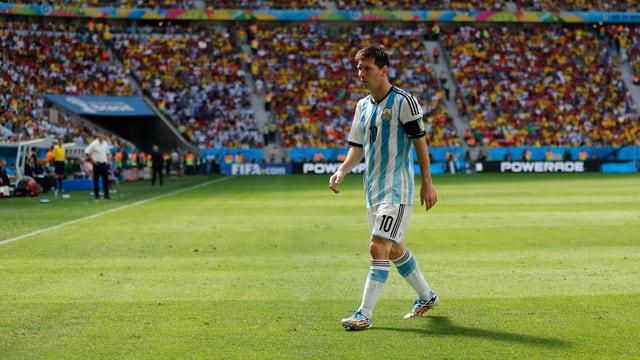Lionel Messi läuft alleine vom Spielfeld