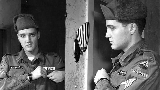 Der Soldat und Sänger Elvis Presley sieht sich im Spiegel.