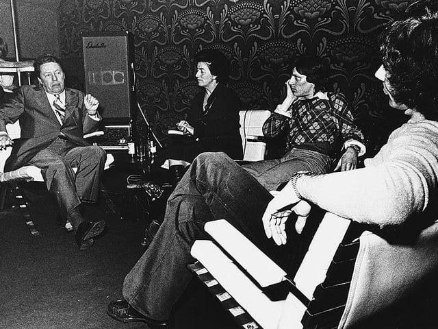 Schwarzweissfoto einer Gesprächsrunde mit vier Teilnehmern.