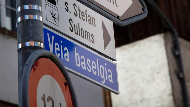 """Purtret d'ina tabla da via che di """"Veia baselgia""""."""