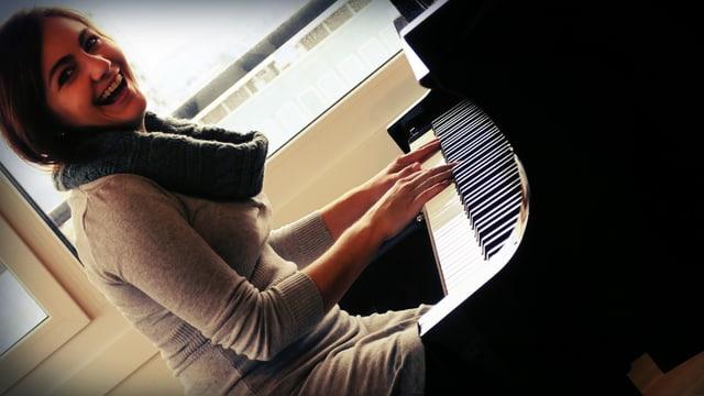 Porträt von Jessica Maurer am Klavier.