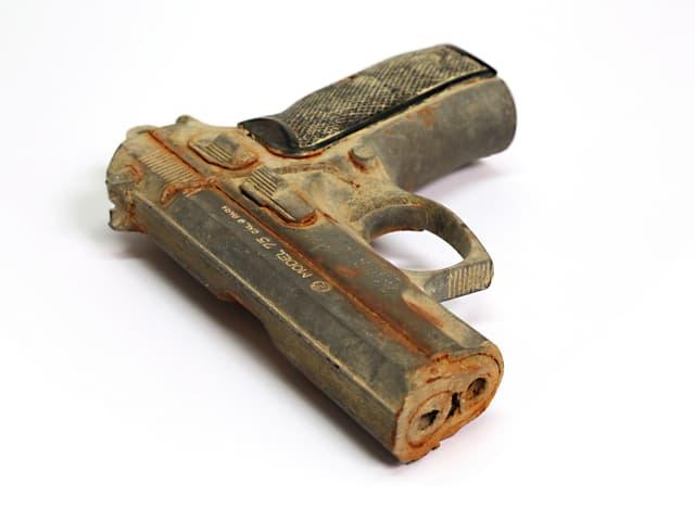 Eine Pistole, deren Modellnameman noch deutlich sieht.