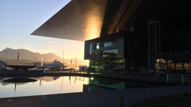 Der Europaplatz vor dem KKl bei Sonnenaufgang.