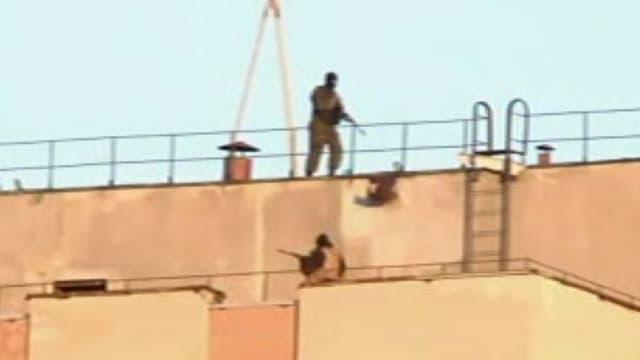 Bewaffnete Soldaten auf dem Dach der Militärbasis.