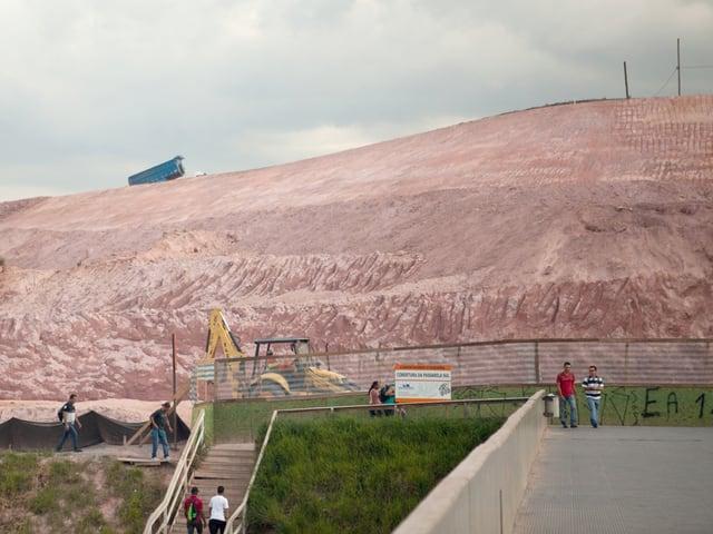Ein Hügel auf dem ein Fussballstadion gebaut werden sollte.