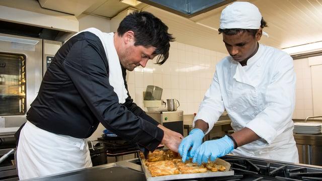 Zwei Personen arbeiten in der Küche