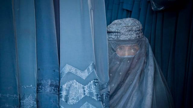 Eine Frau in einer afghanischen, blauen Burka