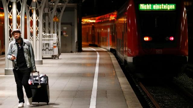 Ein Mann vor einem stehenden Zug.
