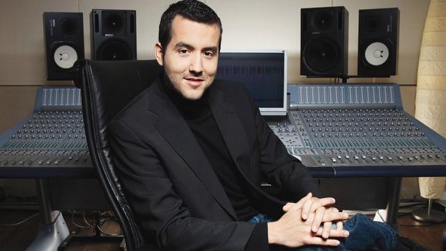 Roman Camenzind sitzt in einem Studio.
