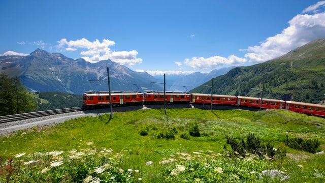 Ein Zug auf der Berninalinie fährt eine Kurve nahe der Station Alp Grüm, die auf 2091 Metern über Meer liegt.