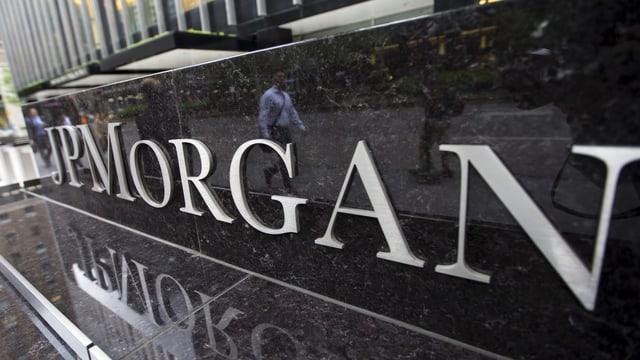 JP Morgan-Logo an einer Häuserwand.