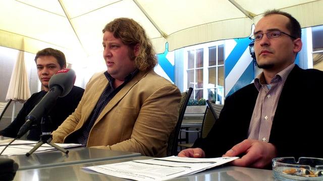 AL-Politiker sitzen an einem Tisch