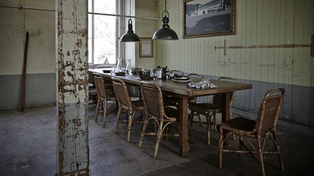 Mittagstisch in der Fabrik, ohne Menschen