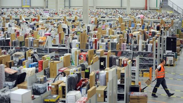 Blick in das Verteilzentrum von Amazon in Bad Hersfeld. Viele Pakete sind zu sehen.