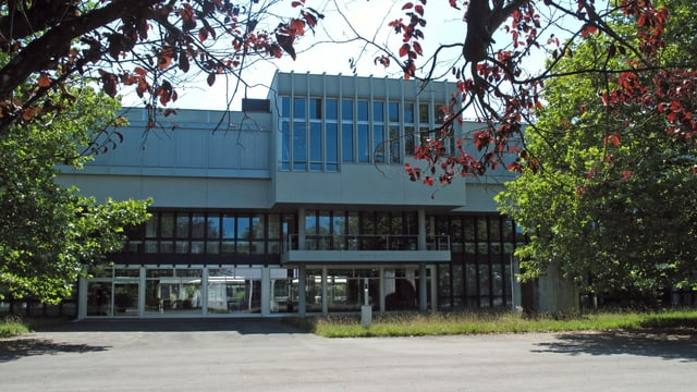 Hauptgebäude der Kanti Alpenquai.