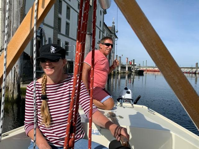 Ein Fahrlehrer und eine Segelschülerin verlassen mit dem Boot den Hafen von Rorschach.