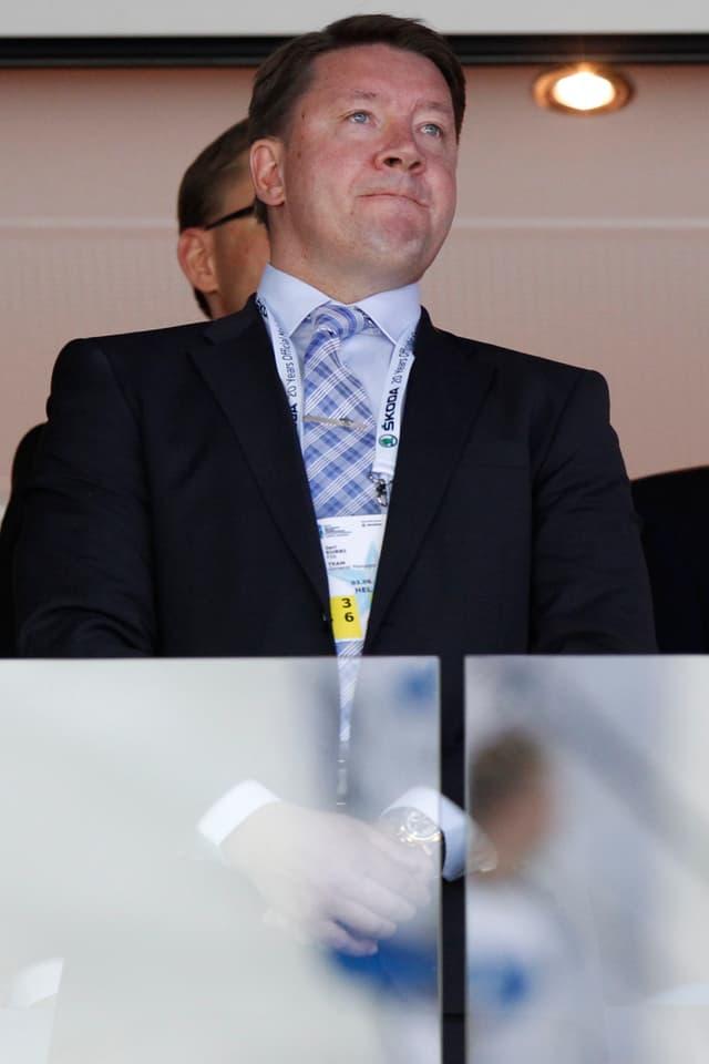 Jari Kurri, General Manager von Jokerit Helsinki, steht im Stadion.
