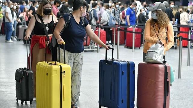 Reisende am Flughafen Zürich.