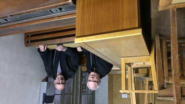 Daniel Studer und Achim Schäfer im Lager des Kirchhoferhauses.