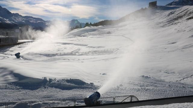 Schneekanonen produzieren technischen Schnee im Zielraum.