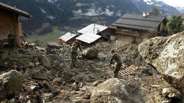Schlamm und Geröll haben ein Bergdorf verwüstet.