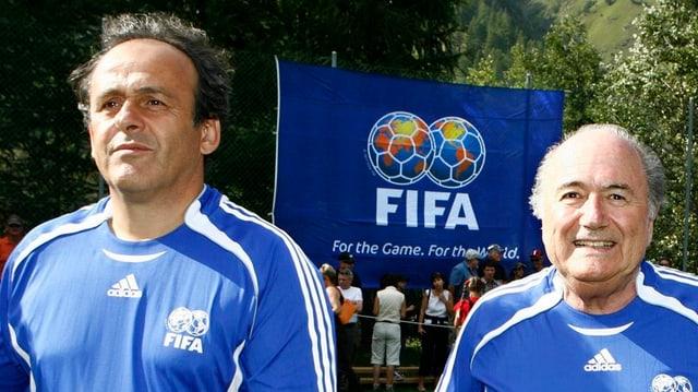 UEFA-Präsident Michel Platini und FIFA-Präsident Joseph Blatter in blauen Fussballshirts.