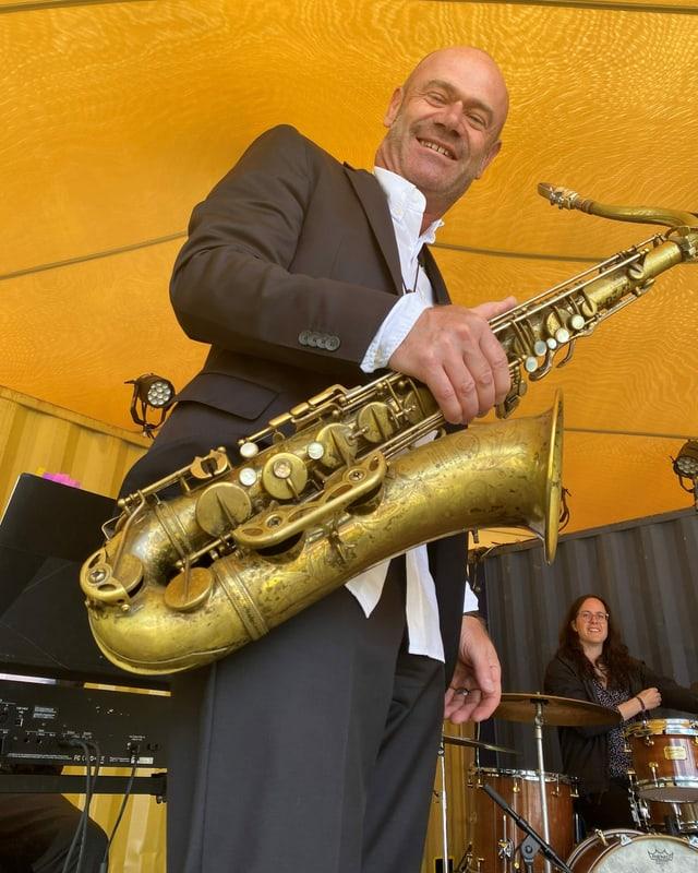 Pius Baumgartner cun saxofon en maun