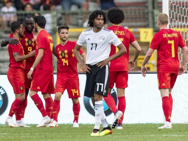 Belgien jubelt im Hintergrund, Ägyptens Ex-FCB-Spieler Mohamed Elneny ist bedient.