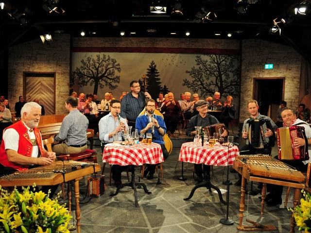 alle 8 Stubete Musiker am Musizieren
