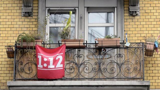 Balkon, an dem eine 1 zu 12-Fahne hängt
