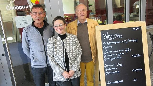 Max Singer (l.) und Markus Schwarz stehen zusammen mit Restaurant-Leiterin Christine Feissli vor dem «Chäpputräff».