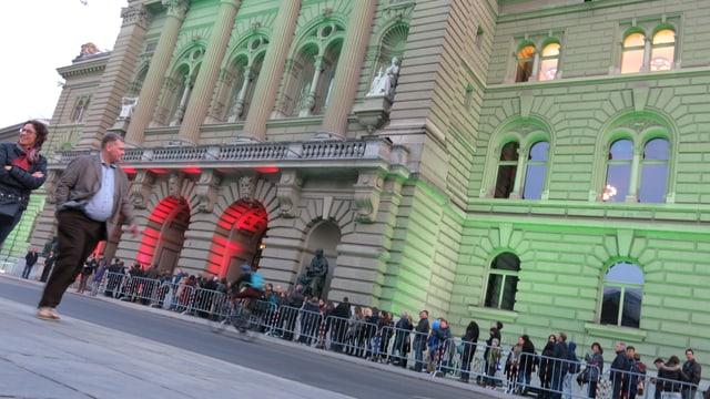 Warteschlange vor dem Bundeshaus.