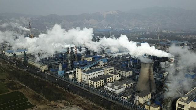 Rauch steigt aus Kohleverarbeitungsanlage auf