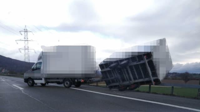 Umgekippter Lastwagenanhänger am Autobahn-Pannenstreifen.