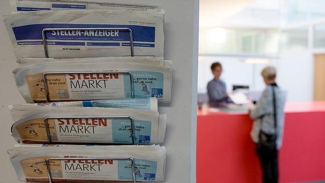 Zeitungsständer mit Stellenmarkt-Anzeigern bei der Regionalen Arbeitsvermittlung RAV.